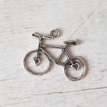 Kis kreatív elfoglaltsághoz keresel valami apró biciklis kiegészítőt? Készítsd el saját ékszereid biciklis aprósággal díszítve.